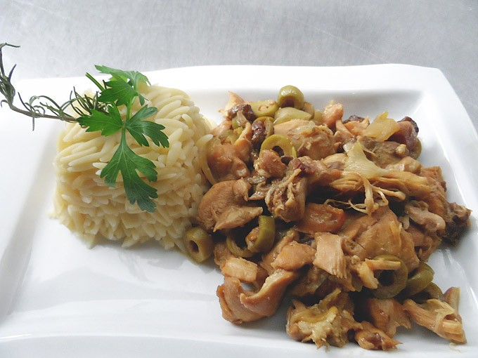 Chicken with olives, raisins and onions (6 servings)