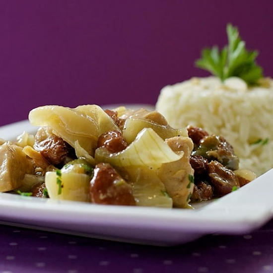 CHICKEN WITH OLIVES, RAISINS AND ONIONS